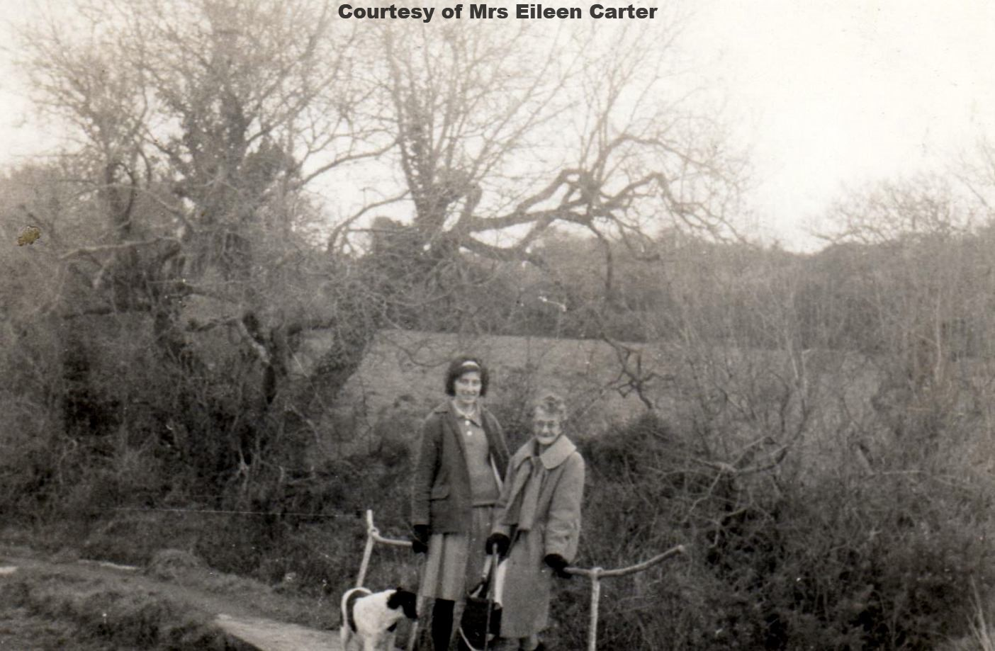 Eileen Carter with her mum at Tomascotty 1953